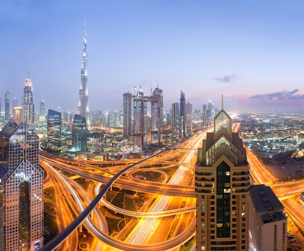 Burj khalifa à dubaï, emirats arabes unis, dubaï soirée skyli