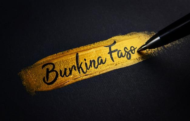 Burkina faso texte d'écriture sur le coup de pinceau en peinture dorée