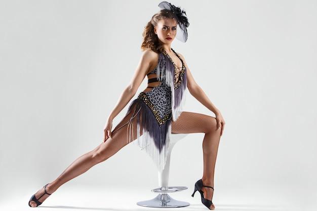 Burlesque. jolie jeune fille en belle robe