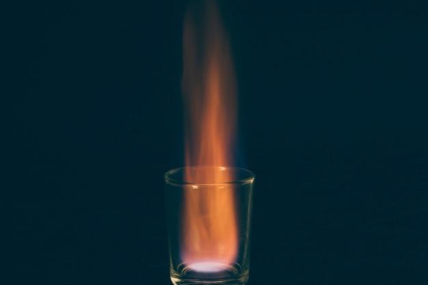 Burning shot d'alcool sur fond sombre