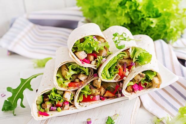 Burrito au poulet. déjeuner sain. tortilla fajita mexicaine de street food avec filet de poulet grillé et légumes frais.