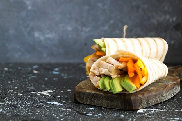 Burrito au poulet grillé et aux légumes (fajitas, pain pita, shawarma)