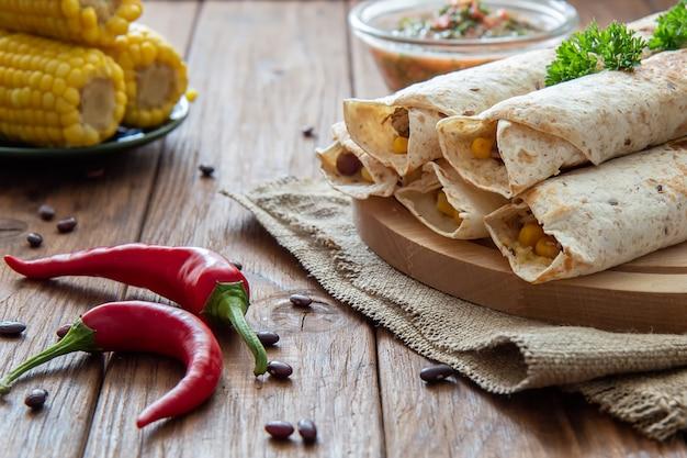 Burrito au poulet, haricots rouges et maïs