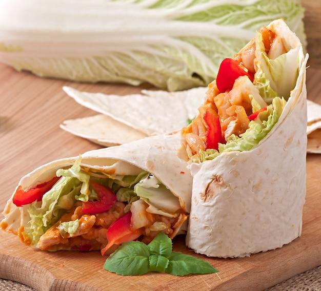 Burrito au poulet, haricots, tomates et poivrons doux