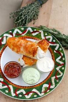Burrito mexicain avec des souces
