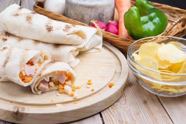 Burrito de petit déjeuner avec œufs, cheddar, micro-verts et champignons rôtis