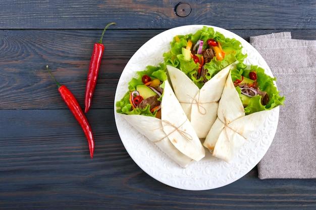 Burrito avec viande hachée, avocat, légumes