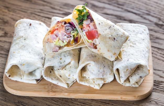 Burritos au poulet sur la surface en bois