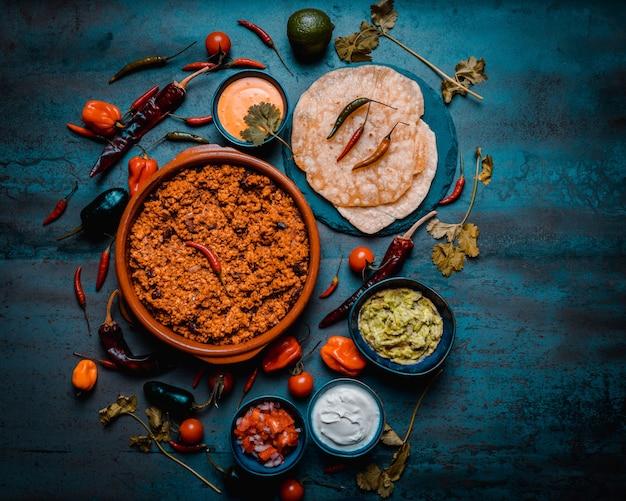 Burritos de cuisine mexicaine avec viande épicée porc crème sure pico de gallo guacamole fromage poivre de lima