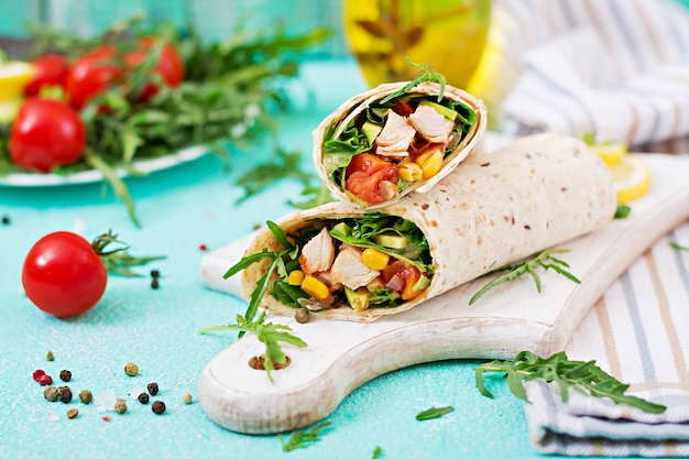 Burritos enrobé de poulet et de légumes. burrito au poulet, cuisine mexicaine.