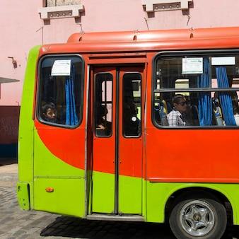 Bus dans la rue, valparaiso, chili