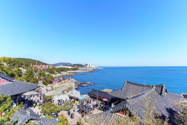 Busan, corée du sud - 17 février 2018 : beaux paysages du temple haedong yonggung le matin du haut de la colline