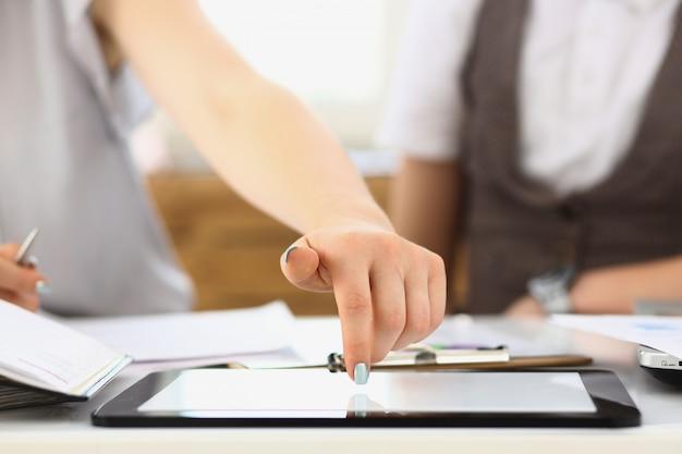 Businees femme toch sur l'affichage du doigt tablet pc