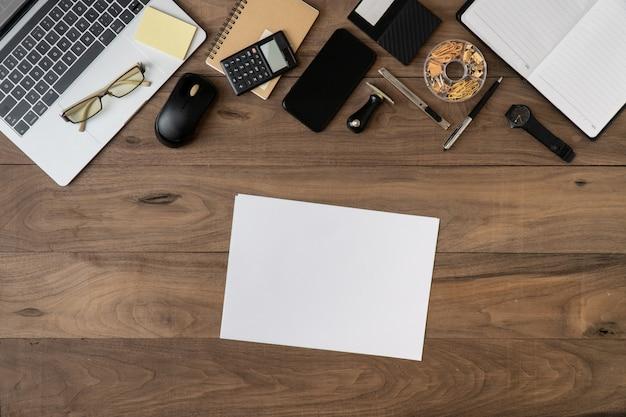 Business accessoires liste d'objets fond plat poser sur table en bois w