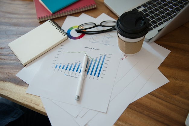 Business analyse la stratégie marketing avec carnet et graphique