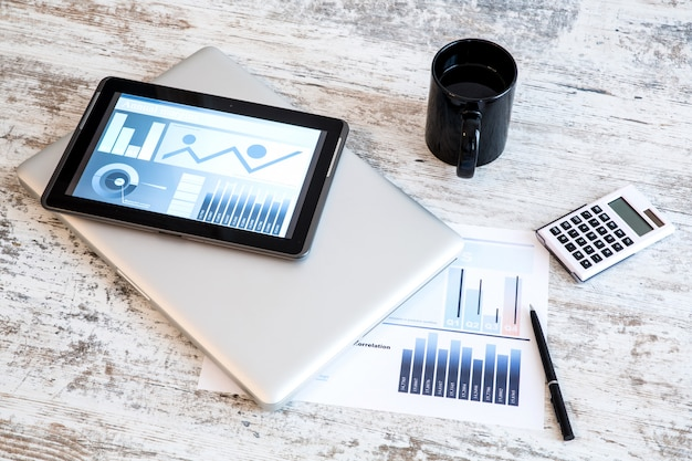 Business analytics avec un tablet pc et un ordinateur portable