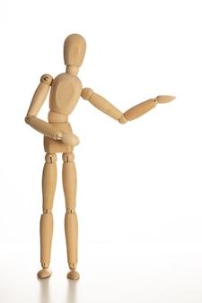 Business and design concept - mannequin en bois avec geste de bienvenue isolé sur fond blanc