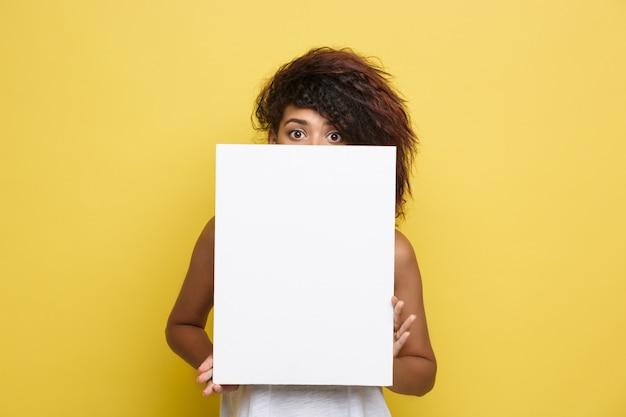 Business Concept - Close Up Portrait Jeune Et Belle Attrayante Africaine Américaine Souriante Montrant Un Signe En Blanc Blanc Clair. Fond D'écran En Pastel Jaune Pastel. Espace De Copie. Photo gratuit