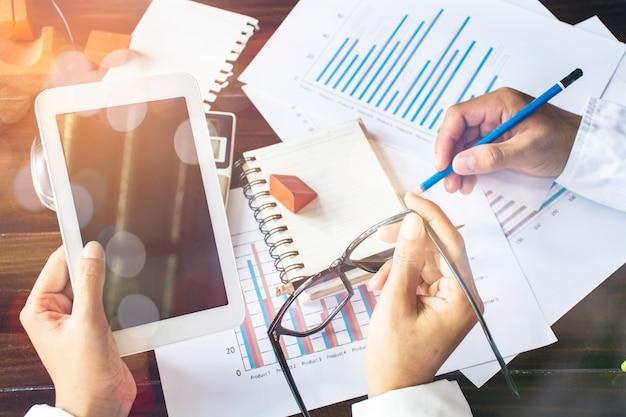 Business conseiller analysant les chiffres financiers indiquant les progrès