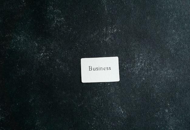 Business consept, carte de visite avec business writtin dans la main de femme tenant