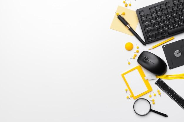 Business, éducation, accessoires de bureau, fournitures, sur fond blanc