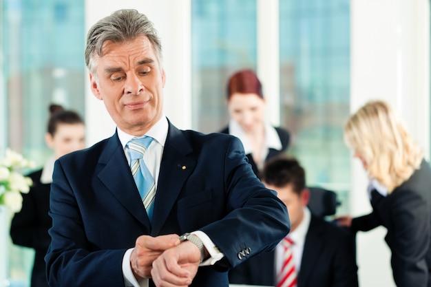 Business - équipe dans un bureau