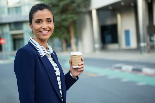 Business executive holding tasse à café jetable