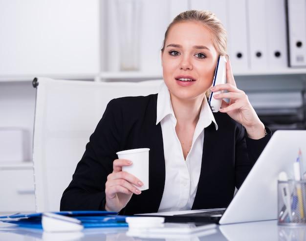Business, femme, utilisation, téléphone