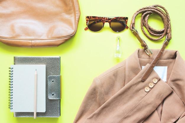 Business femme, vêtements, accessoires, brun, concept, jaune, fond