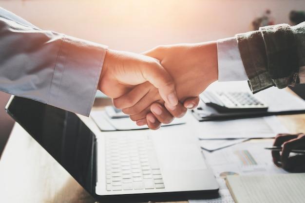 Business handshake après la réunion se termine au bureau