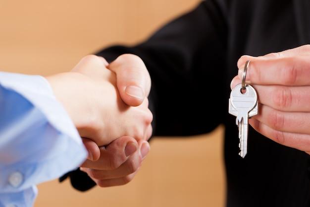 Business handshake avec des clés