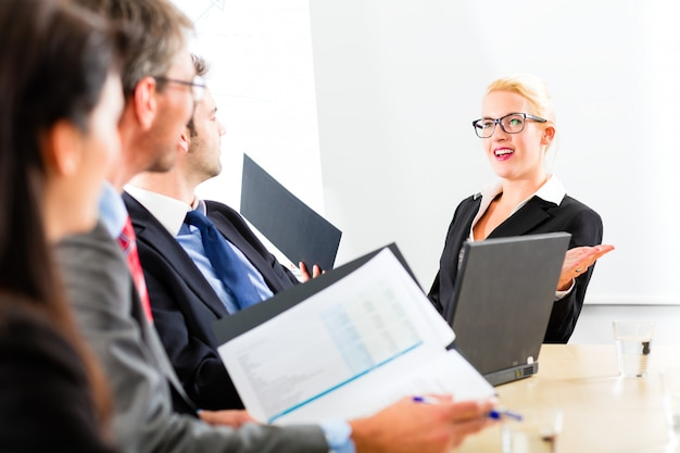 Business - hommes d'affaires ont une réunion d'équipe