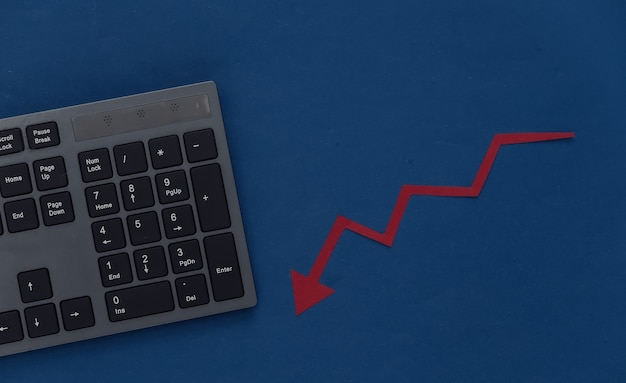 Business en ligne. clavier pc avec flèche déroulante sur bleu classique. crise