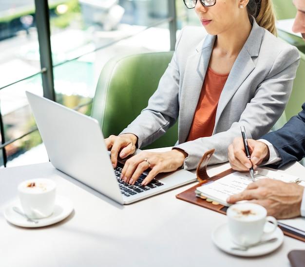 Business people discussion concept de convivialité pour ordinateur portable