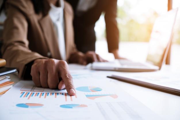 Business people réunion design ideas investisseur professionnel travaillant nouveau projet de démarrage. concept. la planification des affaires au bureau