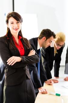 Business - personnes travaillant dans le bureau en équipe