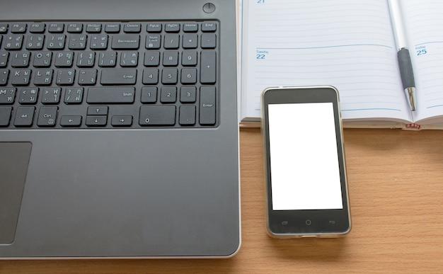 Business table de travail avec le smartphone portable et l'organisation