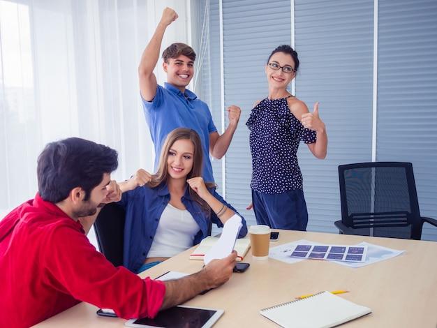 Business team celebration success, gens d'affaires prospères avec bras en l'air