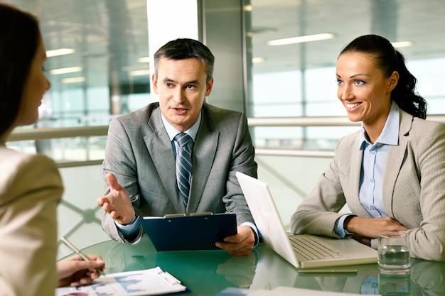Business team expliquant les problèmes de travail