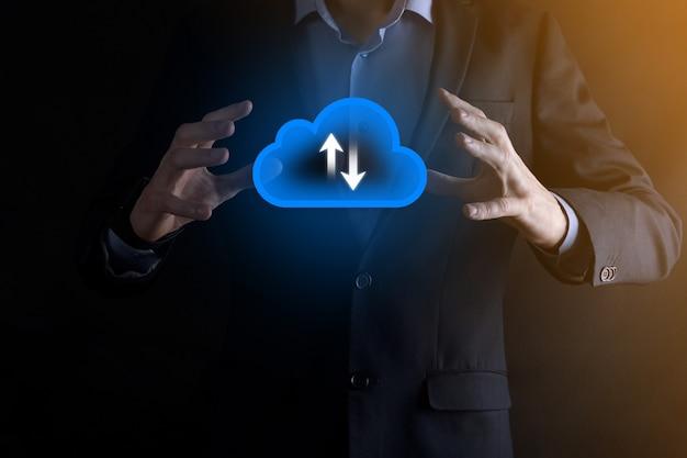 Businessman hold cloud icon.cloud computing concept - connecter un smartphone au cloud. technologue de l'information sur le réseau informatique avec téléphone intelligent. concept de big data.