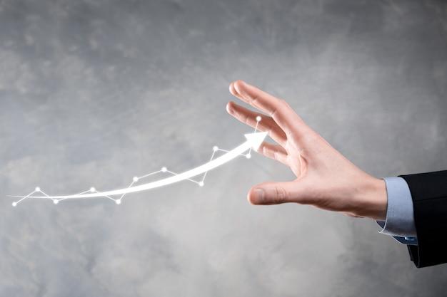 Businessman Hold Dessin Sur écran Graphique Croissant, Flèche De L'icône De Croissance Positive Photo Premium