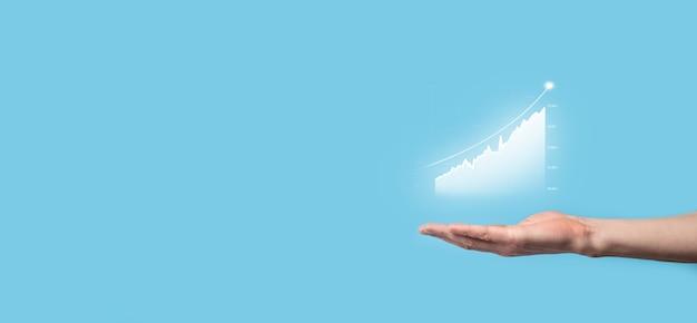 Businessman hold dessin sur écran graphique croissant, flèche de l'icône de croissance positive