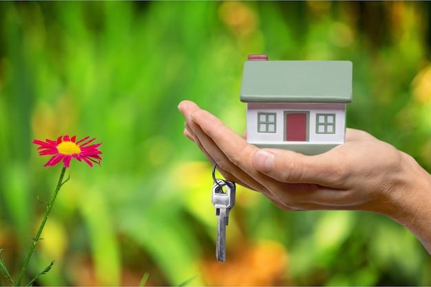 Businessman holding house model et clés, concept immobilier
