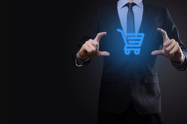 Businessman man holding shopping cart trolley mini cart dans l'interface de paiement numérique d'entreprise. concept d'entreprise, de commerce et de shopping.