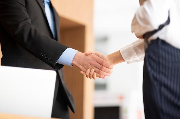 Businessmans poignée de main après bonne affaire.