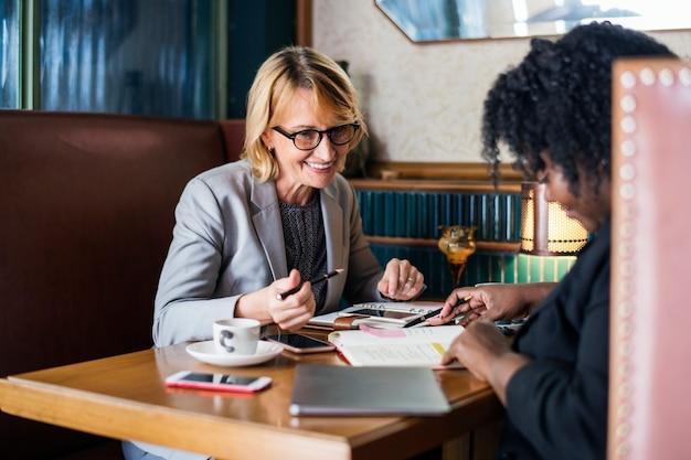 Businesspartners réunis dans un café