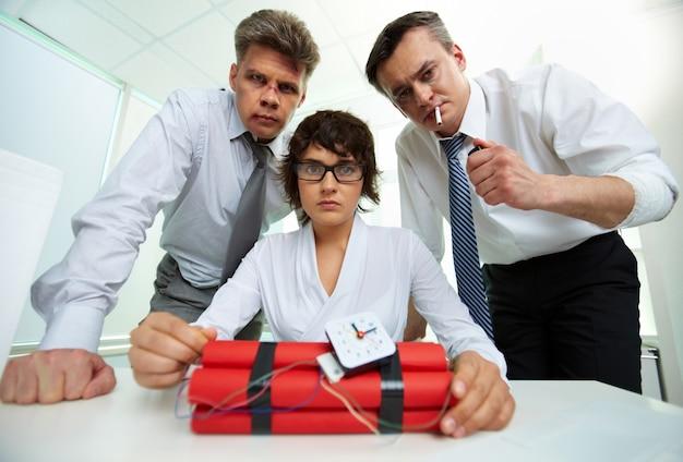 Businesspeople avec une bombe à retardement
