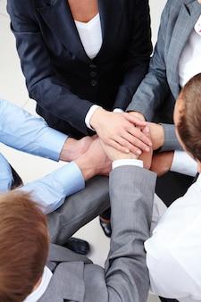 Businesspeople célébrant la victoire