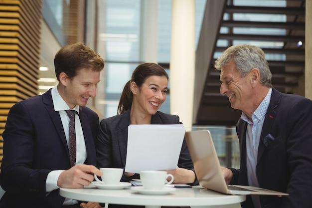Businesspeople discutant sur un document papier