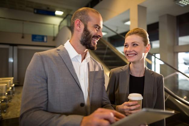 Businesspeople discutant sur tablette numérique